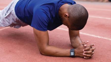 Fitbit-atleet op de atletiekbaan