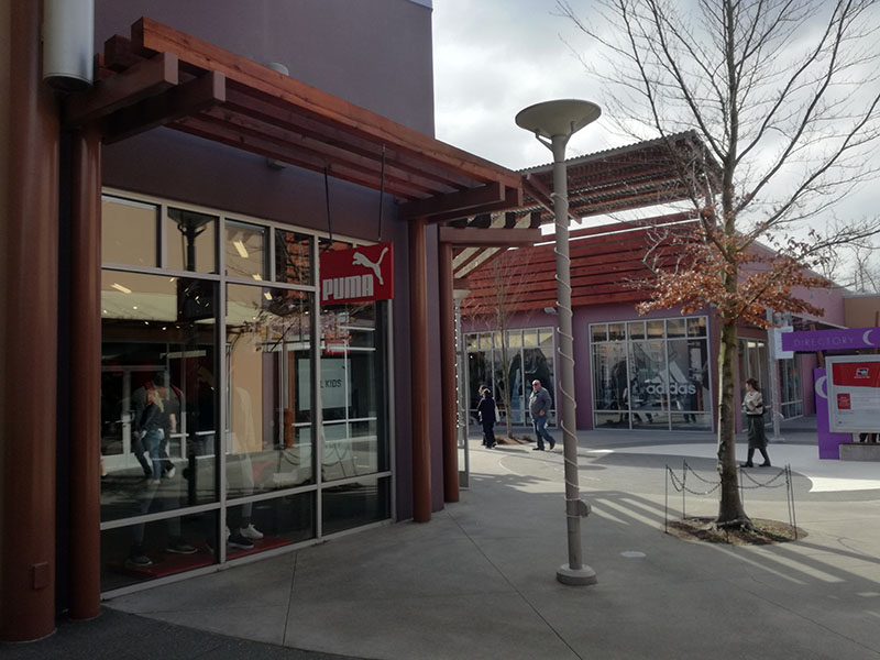 Outletcenters voor hardloopkleding: Puma en Adidas dicht bij elkaar.